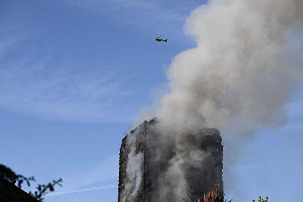 6月14日凌晨,倫敦24層的格倫費爾大廈發生大火,整棟公寓樓完全被大火吞噬。(Carl Court/Getty Images)