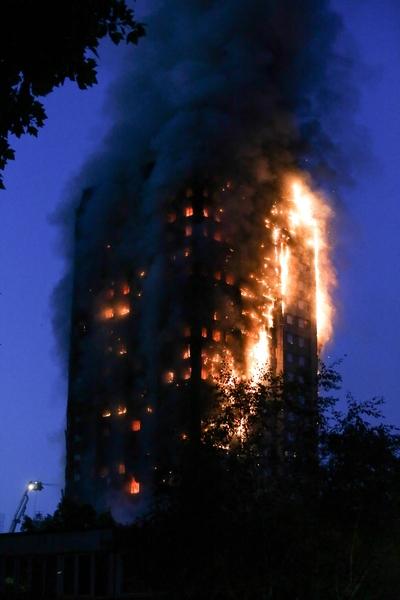 6月14日凌晨,倫敦24層的格倫費爾大廈發生大火,整棟公寓樓完全被大火吞噬。(DANIEL LEAL-OLIVAS/AFP/Getty Images)