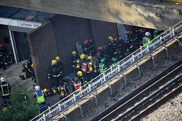 6月14日凌晨,倫敦24層的格倫費爾大廈發生大火,整棟公寓樓完全被大火吞噬。圖為消防員疲於滅火。(Leon Neal/Getty Images