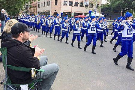 天國樂團在「玫瑰節大巡遊」中一路演奏《法輪大法好》、《凱旋》、《神聖的歌》等原創樂曲,宏偉而平和的樂曲把法輪大法的美好帶給了這座美麗的城市。(明慧網)