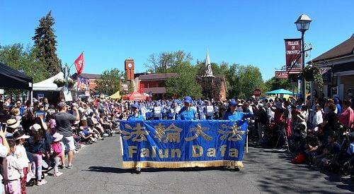 6月3日,加拿大多倫多天國樂團應邀參加了鄰近的萬錦市舉行的48屆於人村嘉年華節日遊行(Unionville Festival parade)。(明慧網)