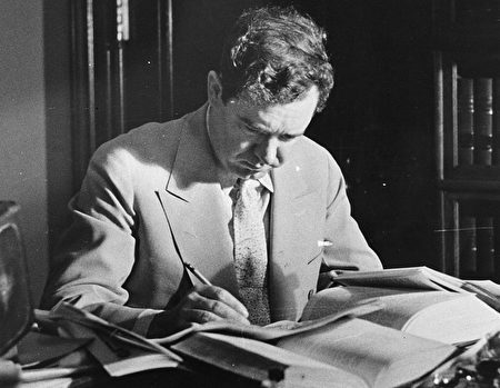 1935年,路易斯安那州參議員、因長篇演講而聞名的Huey Long,被一名政治對手的家屬槍殺。(Hulton Archive/Getty Images)