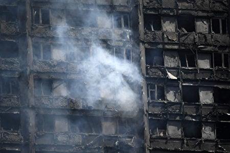 18個小時過去了,大火仍沒有被完全撲滅。(Carl Court/Getty Images)