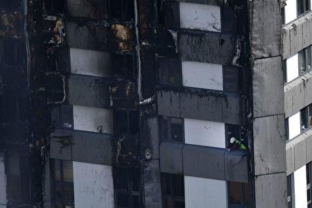 6月14日,消防員正在格倫費爾大廈內緊張工作。(BEN STANSALL/AFP/Getty Images)