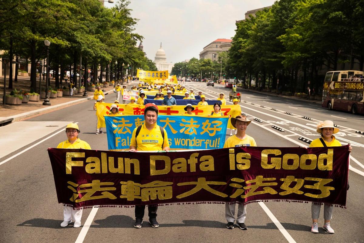 2017年7月20日,美國華盛頓特區國會山前,來自美東地區的部份法輪功學員舉辦盛大的「7.20」法輪功反迫害集會和遊行。圖為「法輪大法好」 的中英文橫幅。(戴兵/大紀元)