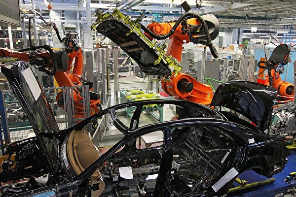 德國機器人公司庫卡去年被中國公司收購。圖為庫卡機器人在汽車生產線上工作。(Thomas Niedermueller/Getty Images)