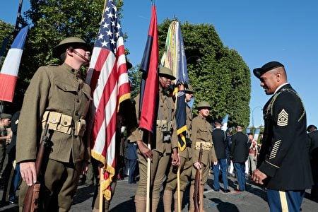 受邀參加法國國慶閱兵遊行的一百多名美國士兵在列隊做準備。他們穿戴著第一次世界大戰時期的士兵裝束,是為了紀念美國加入一戰與法軍並肩作戰100周年。(JOEL SAGET/AFP/Getty Images)
