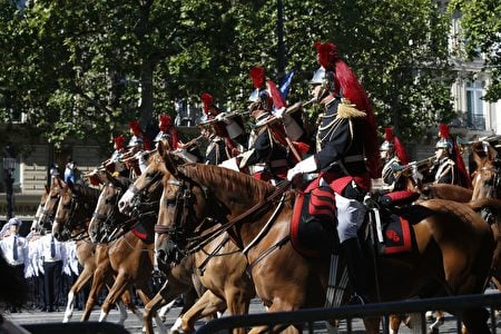 法國騎兵儀仗隊跟隨在總統的座車後面,行進在香榭麗舍大道上。(GEOFFROY VAN DER HASSELT/AFP/Getty Images)