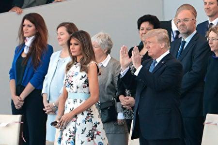 美國總統特朗普和夫人梅拉尼婭在主席台上觀看法國國慶閱兵遊行。(JOEL SAGET/AFP/Getty Images)
