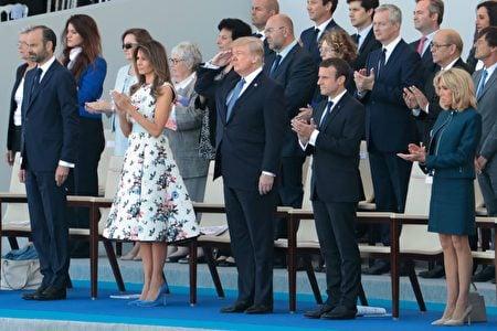 主席台上的客人全體起立向步兵儀仗隊致敬。走在步兵儀仗隊最前方的是美國聯合支隊。100年前,美國加入第一次世界大戰西部戰線並與法國軍隊並肩作戰。美國總統特朗普向美國軍人敬禮致敬。(JOEL SAGET/AFP/Getty Images)