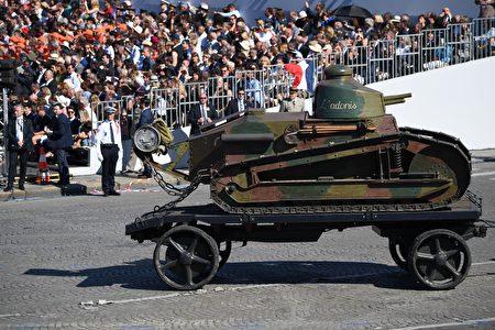 一輛一戰時期的雷諾輕型坦克經過主席台。(ALAIN JOCARD/AFP/Getty Images)