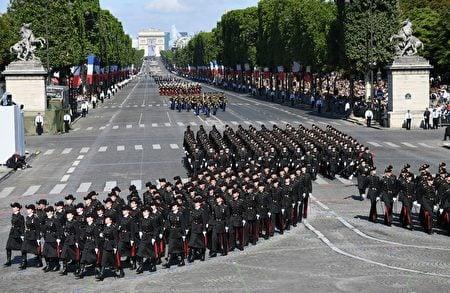 巴黎高等理工學院的閱兵隊伍行進在香榭麗舍大道上。(ALAIN JOCARD/AFP/Getty Images)