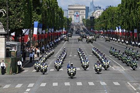 機動車儀仗隊由62輛警車摩托車開路,緊隨其後的是149輛軍車和坦克。(ALAIN JOCARD/AFP/Getty Images)