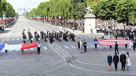 閱兵式結束時,法國和美國總統夫婦走向兩國的國旗,在國旗前緊緊握手,象徵兩國的團結和友誼。(ALAIN JOCARD/AFP/Getty Images)