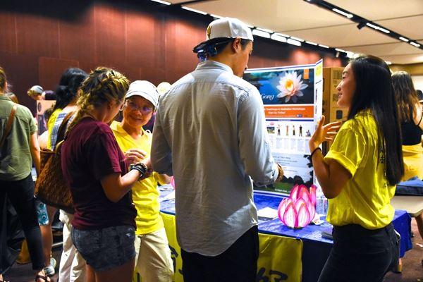 法輪功社團成員向亞利桑那州立大學(ASU)學生介紹法輪功。(明慧網)