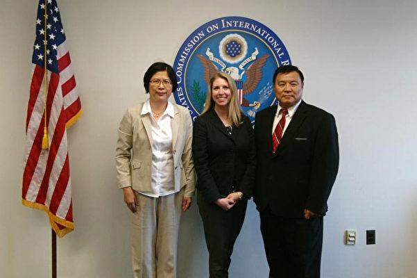 台灣法輪功人權律師團發言人朱婉琪律師(左)與美國國際宗教自由委員會政策高級專員Tina Mufford(中),及天主教大學機械系主任聶森教授(右)。(照片由朱婉琪提供)