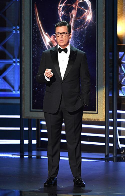 美國著名Talk Show主持人Stephen Colbert主持第69屆艾美獎頒獎禮。(Kevin Winter/Getty Images)