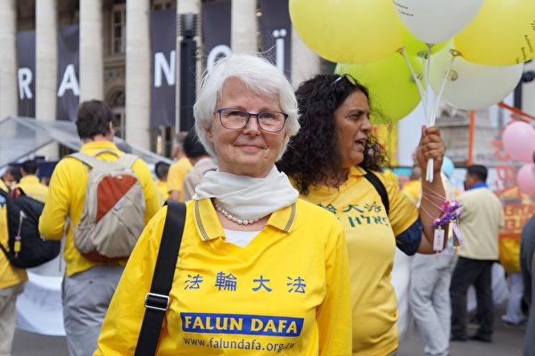 芬蘭退休教師Sinikka Suontakanen參加遊行。(祝蘭/大紀元)