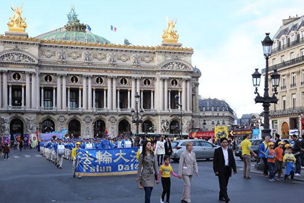 9月30日週六下午,來自全歐洲20多個國家的1500多名法輪功學員聚集巴黎舉行集會和遊行,呼籲制止中共對法輪功長達18年的鎮壓迫害。(傅潔/大紀元)