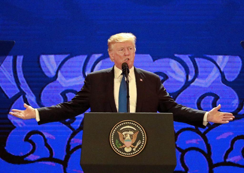 正如特朗普總統去年11月在亞太經合組織所言,美國將一直毫無保留地捍衛個人權利。圖為2017年11月10日,特朗普總統在APEC會議上演講。(NYEIN CHAN NAING/AFP/Getty Images)