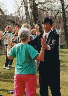 1995年4月在哥德堡舉辦講法班期間,李洪志先生親自教功。(明慧網)