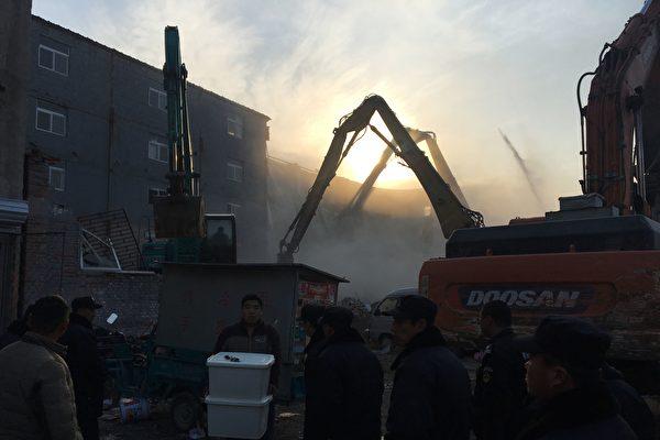 北京大規模粗暴驅趕外來人口引發眾怒,中國數千知識分子聯署喊停。(RYAN MCMORROW/AFP/Getty Images)