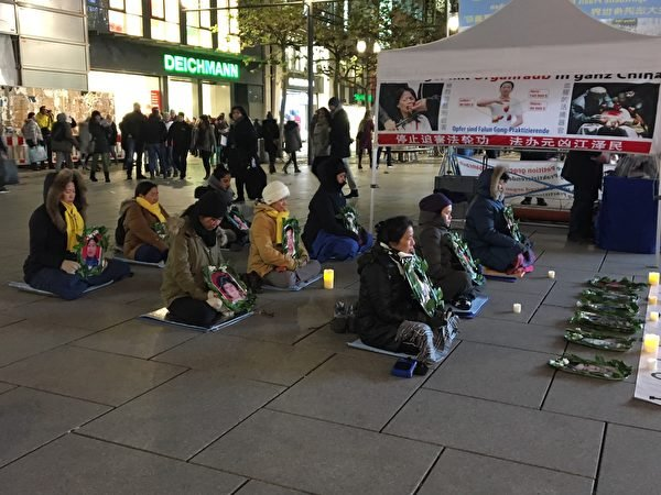 12月9日,法蘭克福的法輪功學員舉辦燭光守夜活動,悼念在中國被迫害致死的法輪功學員。(羅瓊/大紀元)