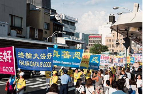 8月11日-13日,日本部份法輪功學員在日本關西地區、外國遊客集中的京都、大阪及神戶舉行了三天大型反迫害遊行及徵簽活動。(游沛然/大紀元)