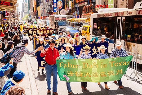 2017年5月12日,紐約上萬人舉行慶祝法輪大法弘傳世界25周年活動,並舉行橫貫曼哈頓中心42街的盛大遊行。圖為觀看遊行的民眾與參加遊行的法輪功學員擊掌,表達支持。(愛德華/大紀元)