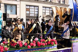 紐約新年大遊行 大紀元新唐人向民眾拜年