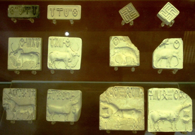 來自印度河流域文明的印鑑,右上方兩個印鑑是卍字印鑑,現存於大英博物館。(World Imaging/Wikimedia Commons)