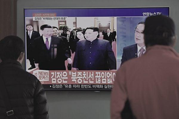 北韓將於9月9日舉行建政70年活動,習近平確定將不出席。圖為2018年3月28日南韓首爾火車站的電視在播放有關金正恩訪問中國的消息。(JUNG YEON-JE/AFP/Getty Images)