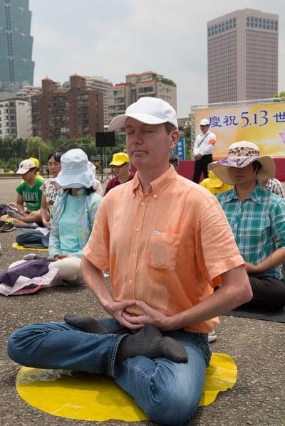 台北法輪功學員向李洪志師父祝賀生日