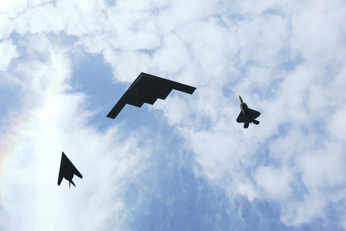 美軍戰機,從右到左分別是F22、B2和F117。(Donald Miralle/Getty Images)