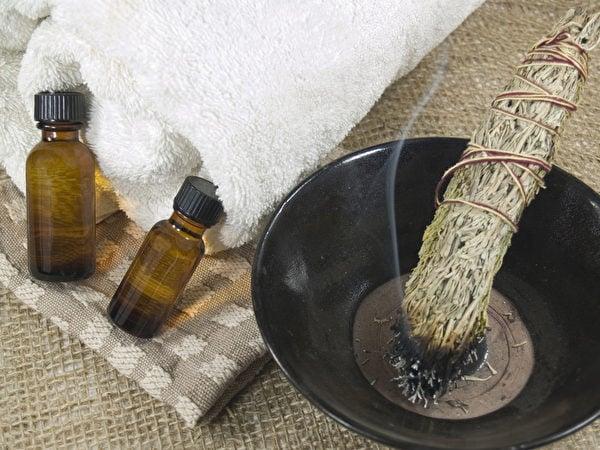 艾草最早的用途是艾灸。一般施灸用的是細粒艾絨。(fotolia)