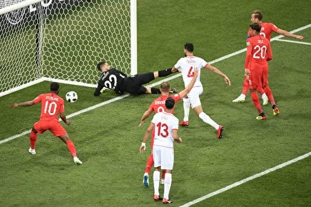 TOPSHOT - England's forward Harry Kane (R) scores his team's first goal during the Russia 2018 World Cup Group G football match between Tunisia and England at the Volgograd Arena in Volgograd on June 18, 2018. (Photo by NICOLAS ASFOURI / AFP) / RESTRICTED TO EDITORIAL USE - NO MOBILE PUSH ALERTS/DOWNLOADS