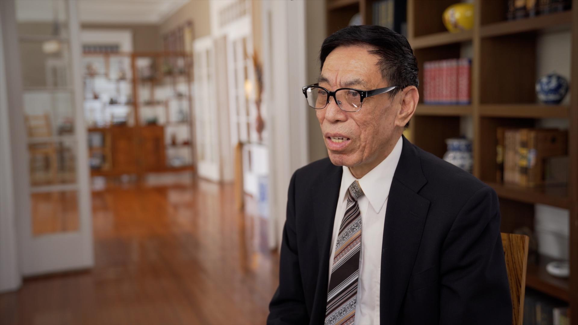 被譽為「中國歌王」的神韻藝術團歌唱家關貴敏先生接受大紀元採訪,談2018年「全世界華人美聲唱法聲樂大賽」。(大紀元)