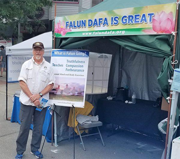這位先生告訴法輪功學員:「我剛剛開始學習太極,這個功法看起來很令人感興趣,在Gallup Park公園嗎?我知道在哪裡。」(尹婉/大紀元)
