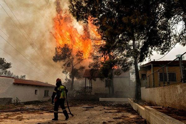 7月23日,希臘首都雅典附近爆發野火。(VALERIE GACHE/AFP/Getty Images)