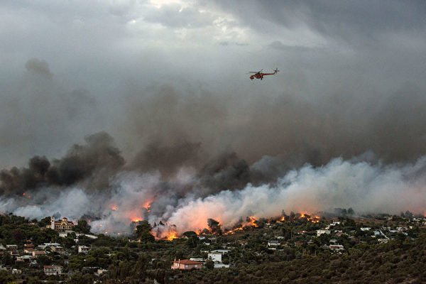 7月23日,希臘首都雅典附近爆發野火。(ANGELOS TZORTZINIS/AFP/Getty Images)
