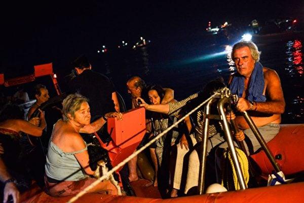 7月23日,希臘首都雅典附近爆發野火。圖為獲救的災民。(ANGELOS TZORTZINIS/AFP/Getty Images)