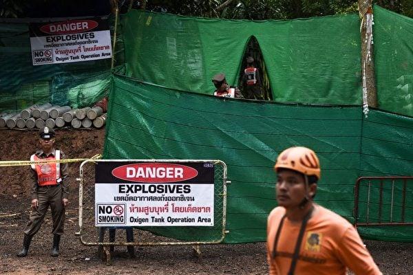 7月8日,國際救援隊開始營救被困在洞穴深處的12名男孩及其教練。(LILLIAN SUWANRUMPHA/AFP/Getty Images)