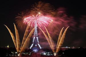 法國慶大閱兵 艾菲爾鐵塔煙花綻放