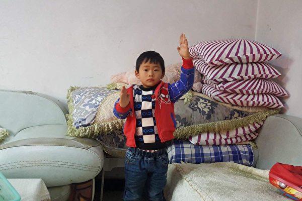 因假疫苗受害的盧征佳,現在手最高只能抬到這個高度。(受訪者提供)
