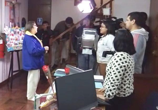 秘魯國家電視台正在採訪法輪功學員露易莎(Luisa)。(明慧網)
