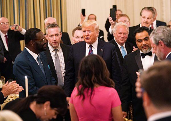 8月27日晚,特朗普總統和第一夫人梅拉尼婭在白宮國家宴會廳歡迎來自全國各地的牧師和宗教領袖。(MANDEL NGAN/AFP/Getty Images)