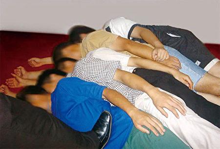 中共酷刑迫害演示圖:立板(又名「睡刀魚」)。(明慧網)