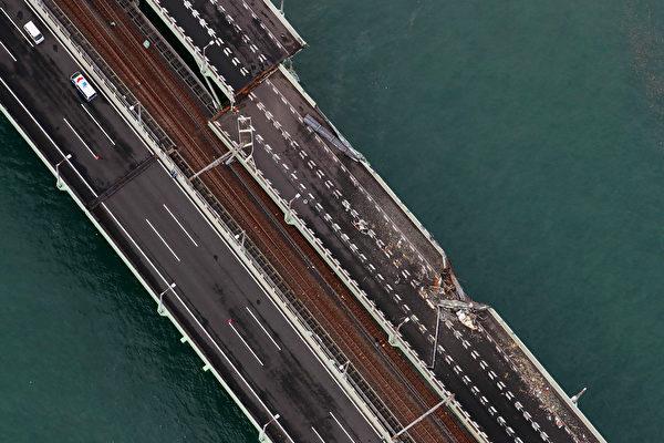 最強颱風「飛燕」重創西日本,颱風挾帶暴雨侵襲日本。圖為關西國際機場聯外橋樑斷裂。(AFP PHOTO/JIJI PRESS/JIJI PRESS/Japan OUT)