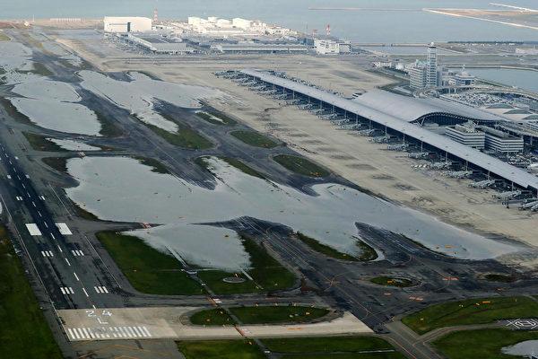 強颱風「飛燕」重創西日本,5日已釀11死300多人傷。5日可以看見關西國際機場的跑道上還有積水。(AFP PHOTO/JIJI PRESS/JIJI PRESS/Japan OUT)