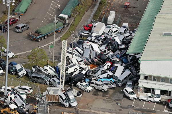 最強颱風「飛燕」重創西日本,颱風挾帶暴雨侵襲日本。大量汽車受損。(AFP PHOTO/JIJI PRESS/JIJI PRESS/Japan OUT)